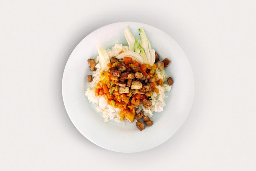 Crossover-Ratatouille mit Tofu und aromatisiertem Reis