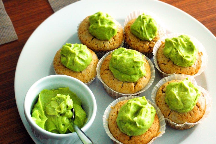 Cupcakes mit grüner und brauner Haube