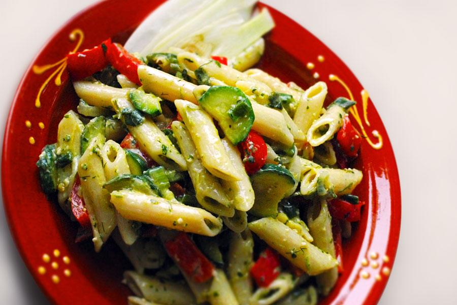 Nudelsalat mit Zucchini und Pesto