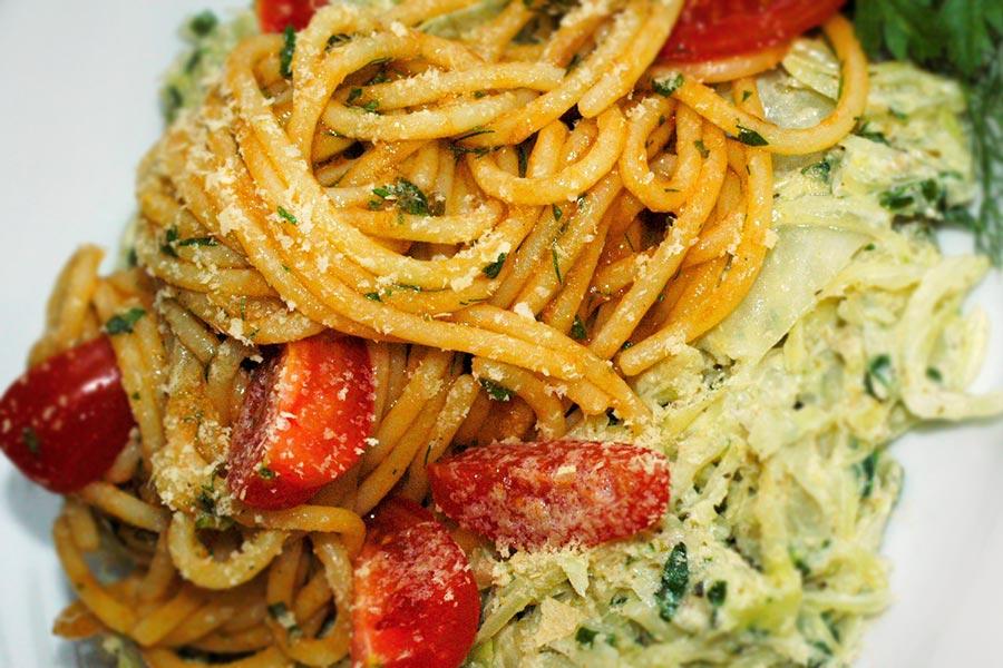 Spaghetti auf Spitzkohlbett