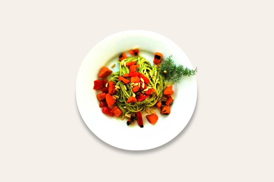 Spaghetti mit Broccoli-Pesto und Süßkartoffeltopping