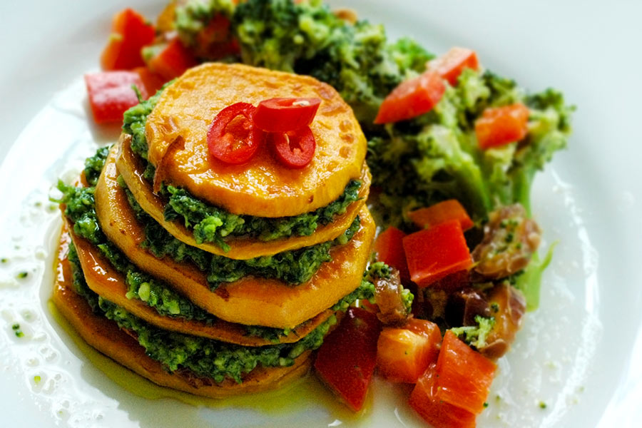 Süßkartoffeltürmchen mit Broccolisalat