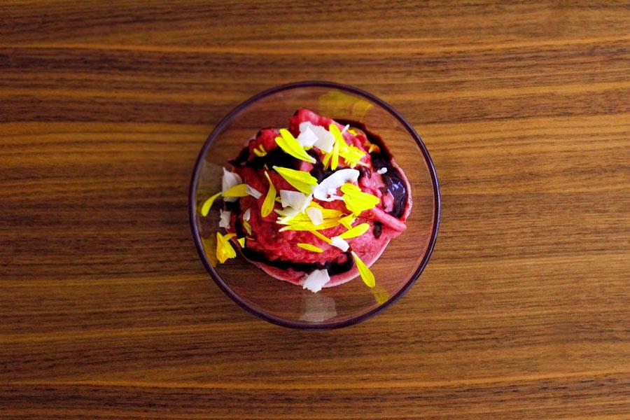 Erdbeereis mit Ringelblumen (zum sofortigen Verzehr)