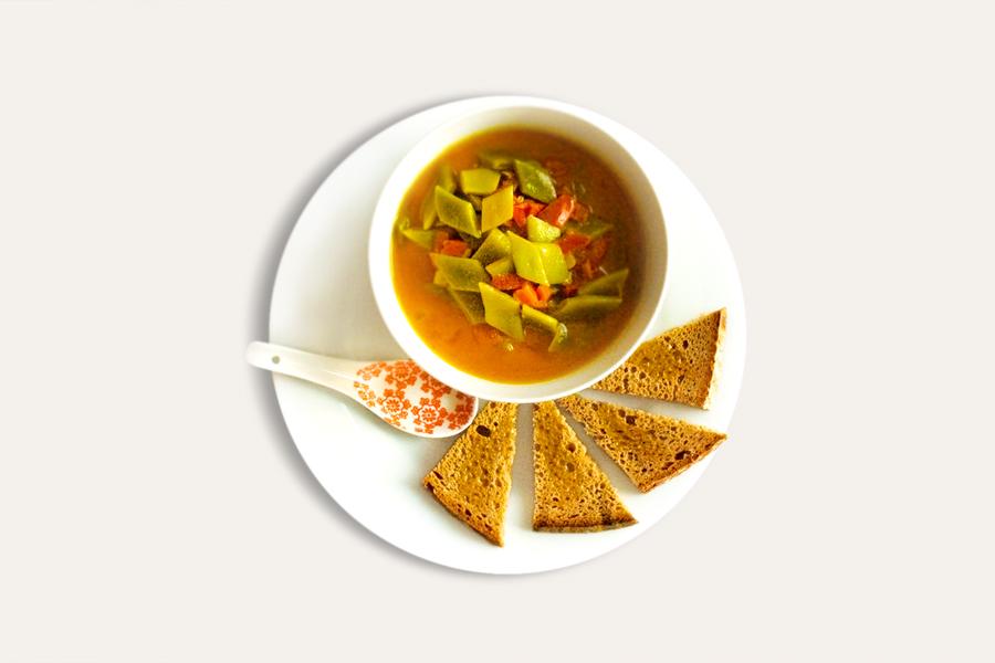 Bohnen-Kokossupe mit Tomaten und Croutons